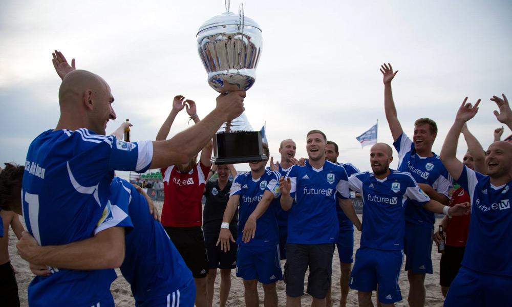Robben-Kapitän Frank Diedrichkeit nahm den Pokal von Oberbürgermeister Roland Methling entgegen. Foto: Baltic Foto