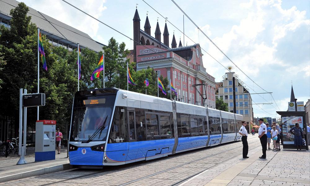 Rostocks neue Straßenbahn am Neuen Markt in Rostock. Foto: Joachim Kloock