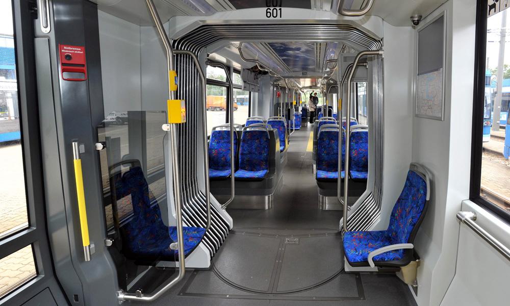 Innenansicht der neuen Straßenbahn vom Typ Tramlink 6N2. Foto: Joachim Kloock