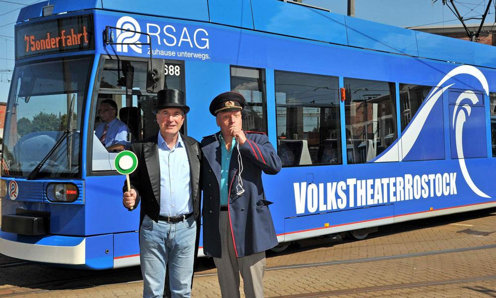 RSAG-Vorstand Jochen Bruhn und Sewan Latchinian, Intendant des Volkstheaters Rostock, vor der Theaterstraßenbahn. Foto: Joachim Kloock