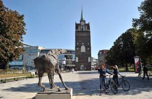 """""""Der schreiende Hengst"""" von Bildhauer Jo Jastram am Kröpeliner Tor lenkt erste Blicke auf sich.Fotos: Joachim Kloock"""