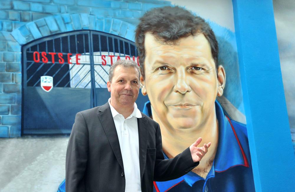 Hansa-Ikone Juri Schlünz vor seinem Portrait. Foto: Joachim Kloock