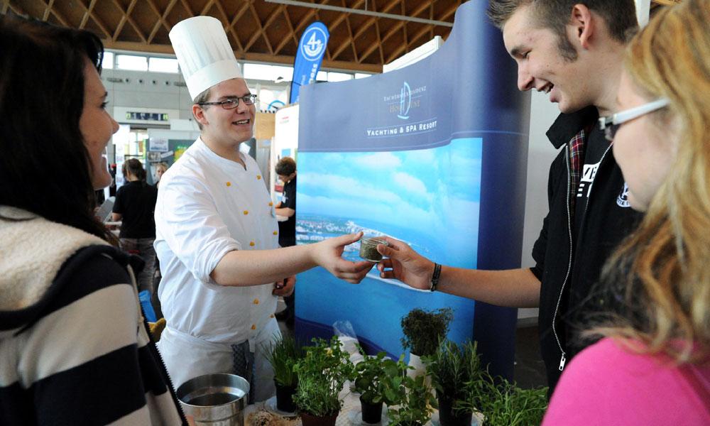 Verschiedene Berufe und Studiengänge werden auf der Jobfactory in Rostock vorgestellt. Foto: Andreas Duerst