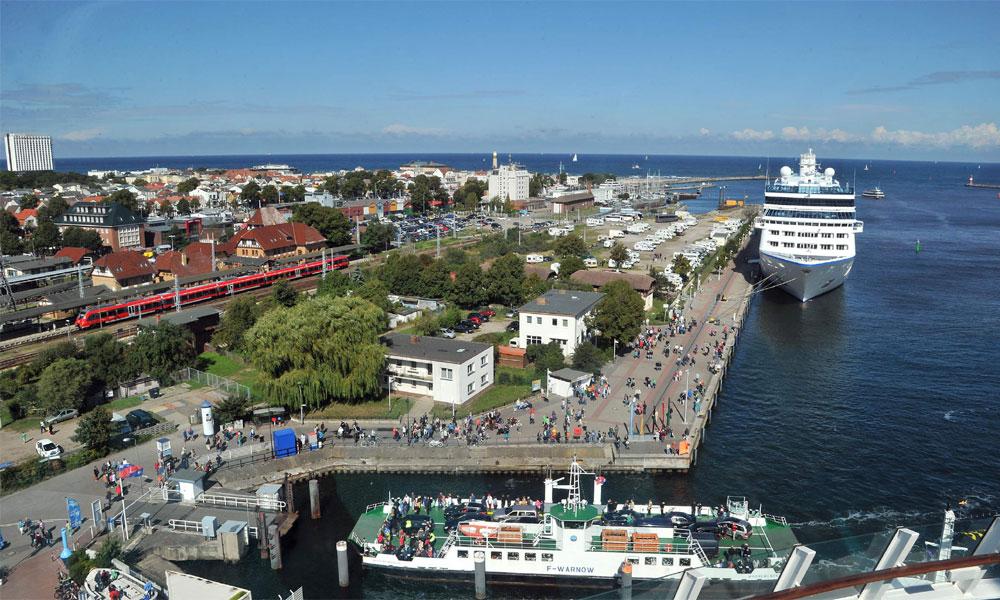 Blick auf die Mittelmole und den Hafen von Warnemünde. Foto: Joachim Kloock