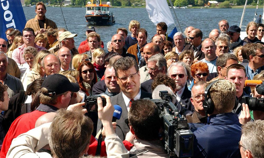 Große Enttäuschung über das Olympia-Aus für Leipzig und Rostock am 18. Mai 2004 im Stadthafen. Foto: Joachim Kloock