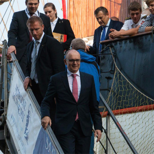 Ministerpräsident Erwin Sellering zum Russland-Tag an Bord der Sedov in Warnemünde. Foto: Jens Schröder