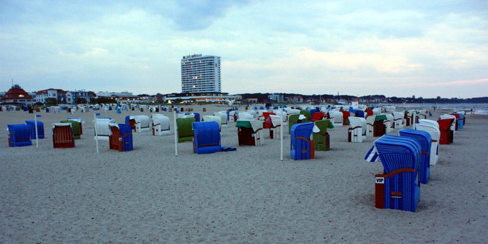 Bunte Strandkörbe in Warnemünde. Foto: Martin Schuster