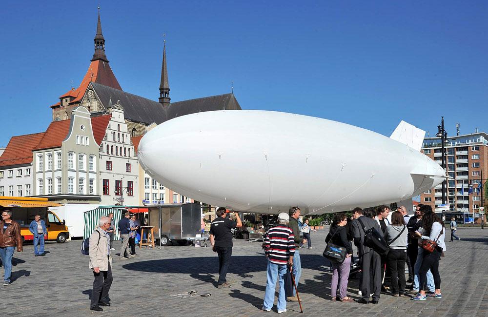 Zeppelin auf dem Neuen Markt. Foto: Joachim Kloock