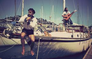 Die Sailing Conductors Ben und Hannes auf ihrer Marianne im Yacht Club auf Papua Neuguinea. Foto: Sailing Conductors