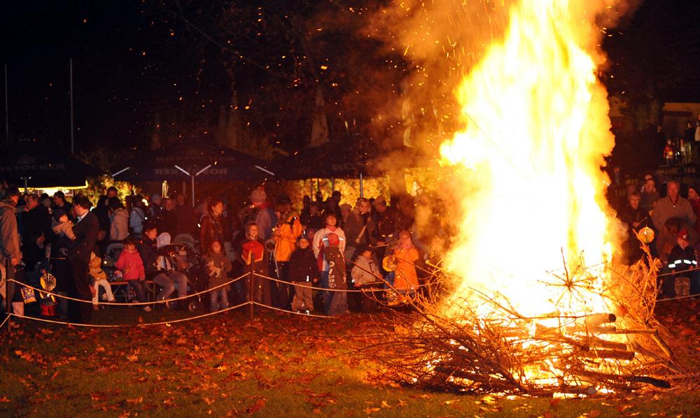 Großes Lagerfeuer beim Lampionfest im Zoo Rostock. Foto: Joachim Kloock