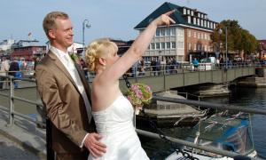 Kristin und Martin Tack warfen den ersten Schlüssel am neuen Standort der Liebesschlösser. Foto: Hansestadt Rostock