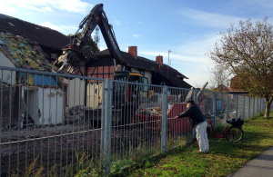 Abriss des Wohnhauses auf der Bahnhofshalbinsel in Warnemünde
