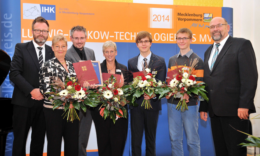 Bei der Verleihung des Technologiepreises 2014 in Rostock: Claus Ruhe Madsen (IHK Präsident), Renate Schönebeck (neoplastolls), Dr. Karsten Mahrenholz (neoplas), Karin Zechel (Senspec), Jonathan Janetzki (Nachwuchspreis), Bastian Große (Anerkennungspreis und Harry Glawe (Wirtschaftsminister). Foto: Joachim Kloock