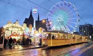 Mit der historischen Straßenbahn zum Weihnachtsmarkt Rostock. Foto: Joachim Kloock
