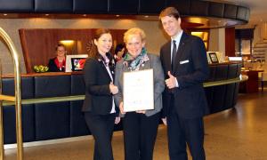 General Manager Guido Zöllick mit den beiden Qualitätstrainer Laura Sitarek-Schulz und Doreen Lembke. Foto: Hotel Neptun