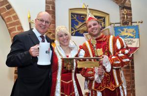 Das Rostocker Prinzenpaar Tina Halke und Nico Gottfried zusammen mit Roland Methling.Foto: Joachim Kloock