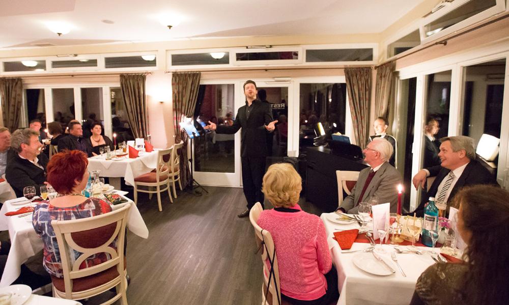 Bariton Maciej Idziorek brachte Don Giovanni ins Landidyll Hotel Osteeland Diedrichshagen. Foto: Martin Moratz