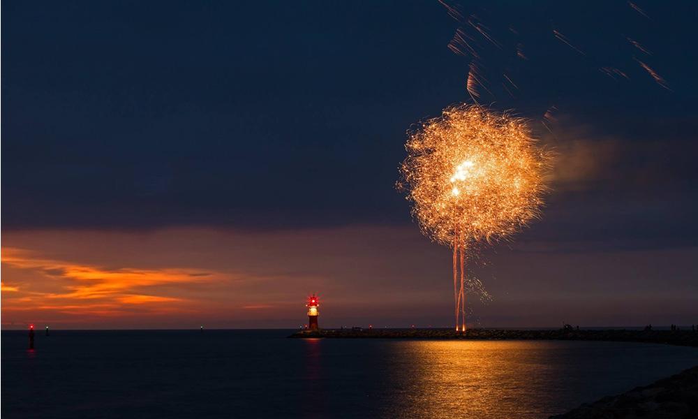 Feuerwerk bei einer Rostock Port Party in Warnemünde. Foto: Jens Schröder