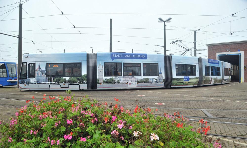 Neue Straßenbahn als Imageträger der Hansestadt Rostock. Foto: Joachim Kloock