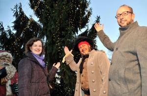 Der traditionelle Weihnachtsbaum auf dem Kröpeliner-Tor-Vorplatz im weihnachtlichem Glanz. Foto: Joachim Kloock