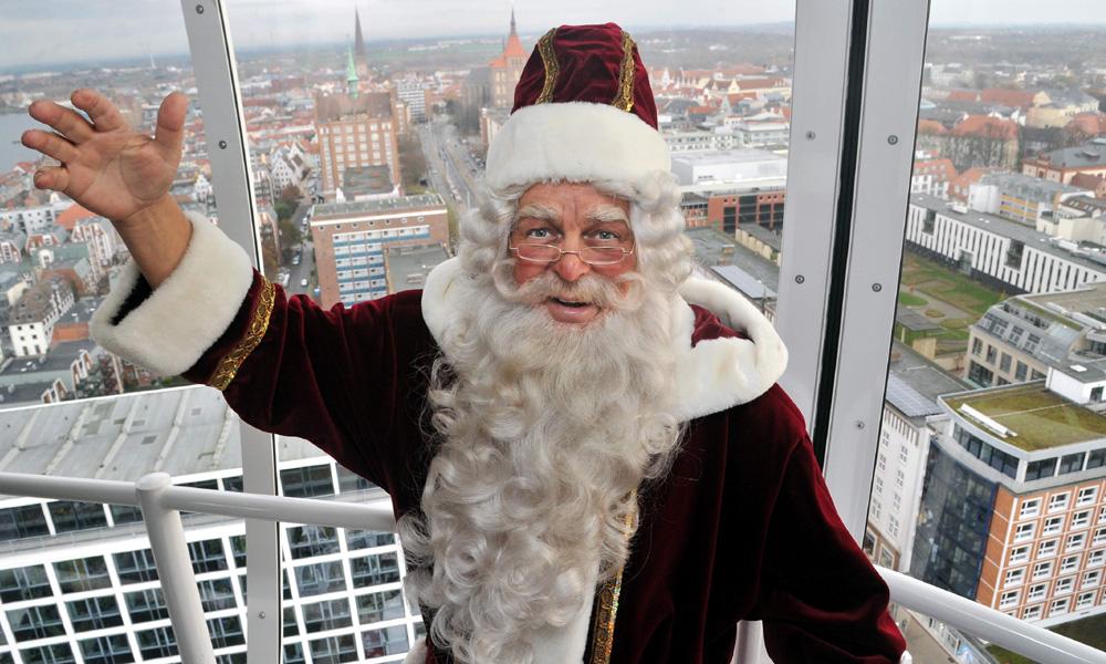 Der Weihnachtsmann im City Skyliner über Rostock. Foto: Joachim Kloock