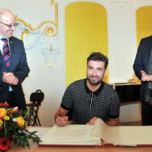 Marten Laciny bei der Eintragung ins Ehrenbuch der Hansestadt Rostock. Foto: Joachim Klock