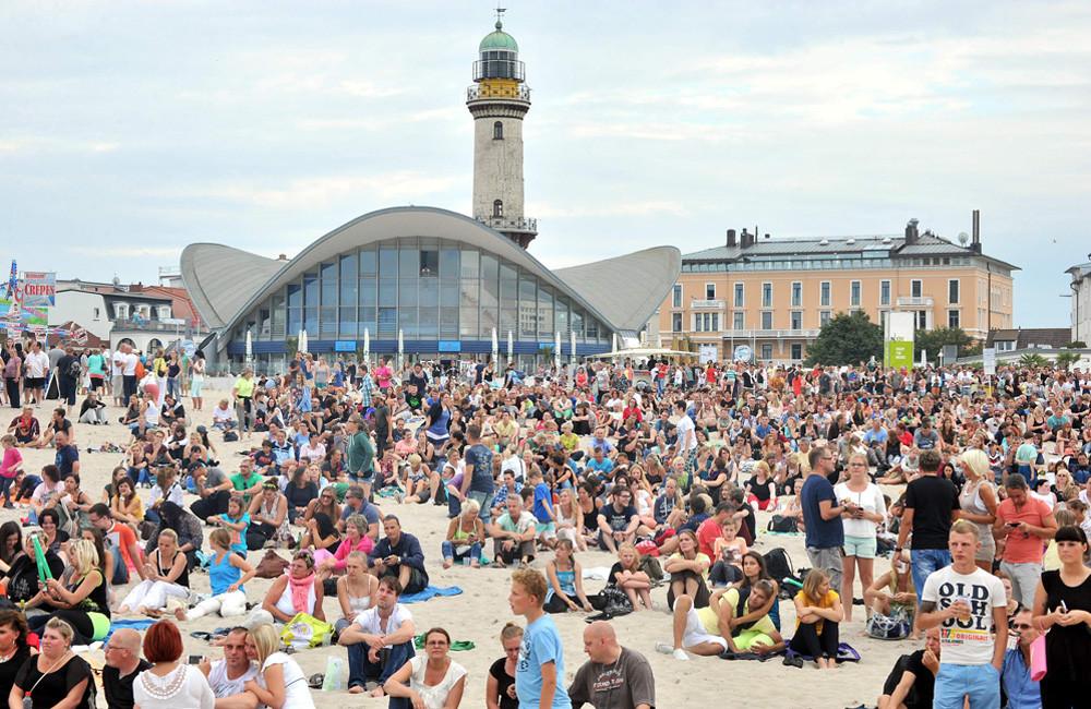 Strand vor Leuchtturm und Teepott in Warnemünde. Foto: Joachim Kloock