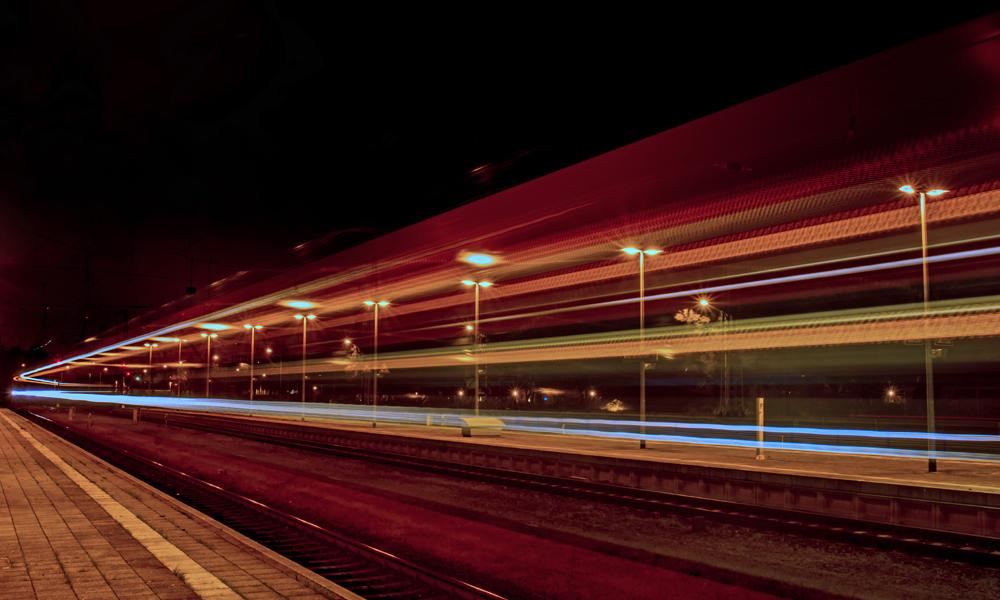 Schnellzug im Bahnhof von Warnemünde. Foto: Jens Schröder