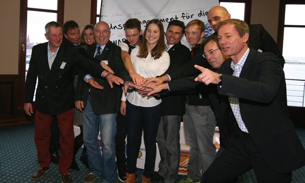Sportler und Organisatoren der 78. WARNEMÜNDER Woche bei der Präsentation. Foto: Gesine Schuer