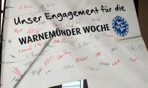 Unterschriften von Sportlern und Organisatoren bestärken das Engagement für die Segelveranstaltung in Warnemünde. Foto: Gesine Schuer