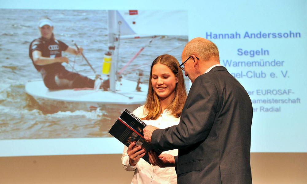Hannah Anderssohn vom Warnemünder Segel-Club bei der XIX. Sportlerehrung der Hansestadt Rostock 2015. Foto: Joachim Kloock