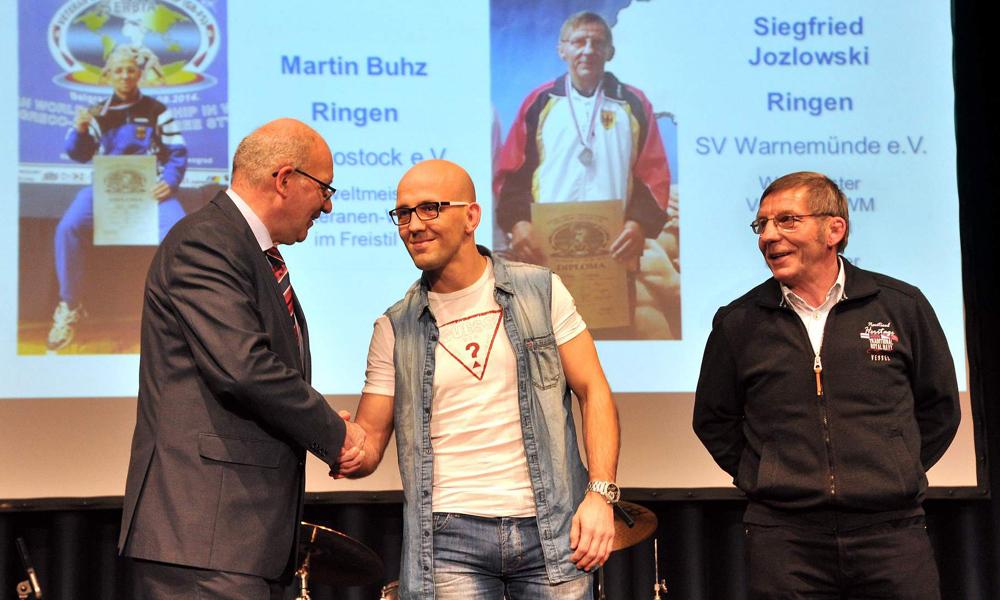 Martin Buhz vom PSV Rostock und Siegfried Jozlowski vom SV Warnemünde bei der XIX. Sportlerehrung der Hansestadt Rostock 2015. Foto: Joachim Kloock