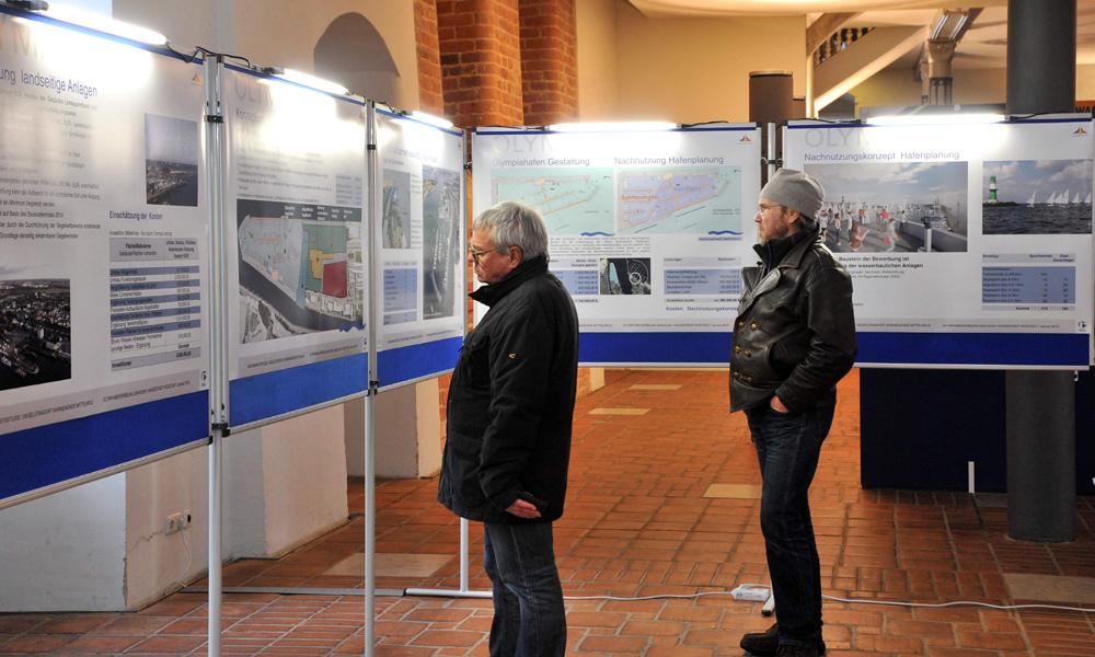 Ausstellung der Machbarkeitsstudie für Olympia im Rostocker Rathaus. Foto: Joachim Kloock
