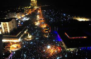 Im Foto: 85.000 Menschen um 17:55 Uhr vor dem Warnemünder Leuchtturm in Erwartung auf den Showbeginn. Foto: Olaf Altermann