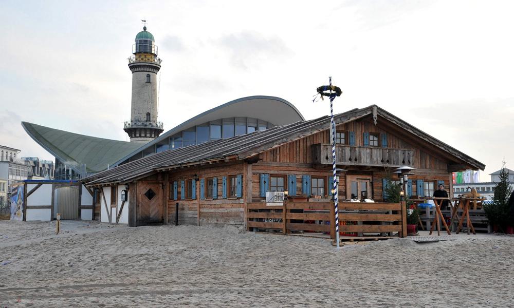 Almhütte unterhalb des Teepotts am Strand von Warnemünde. Foto: Joachim Kloock