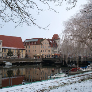 Bahnhofsbrücke und Vogtei am Alten Strom in Warnemünde im Winter. Foto:
