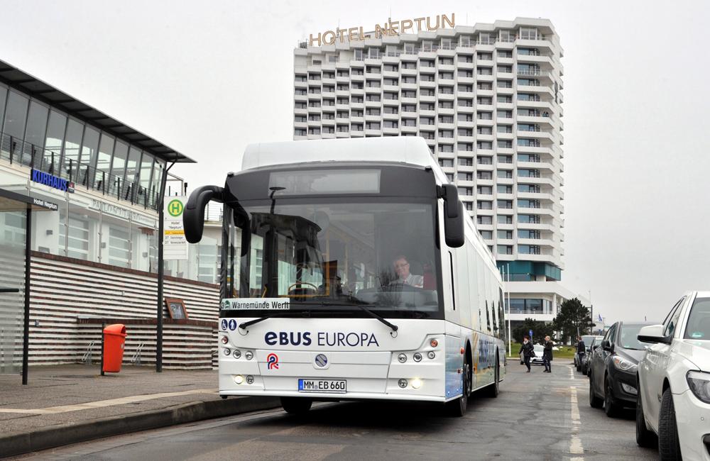 Von der RSAG getesteter Elektrobus in Warnemünde. Foto: Joachim Kloock