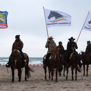 Pferde und Reiter beim 6. Warnemünder Wintervergnügen am Strand. Foto: Jens Schröder