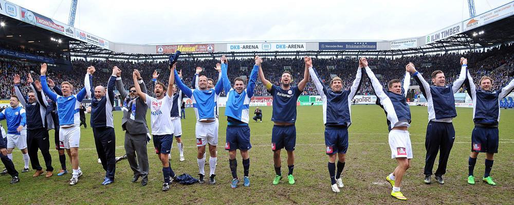 Alle Beteiligten feierten ein gelungenes Fußballfest zugunsten des FC Hansa Rostock. Foto: Joachim Kloock