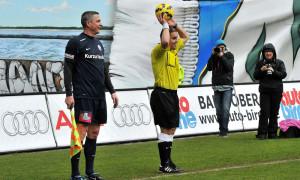 Humor war reichlich im Spiel - Christian Beeck übernimmt die Fahne. Foto: Joachim Kloock