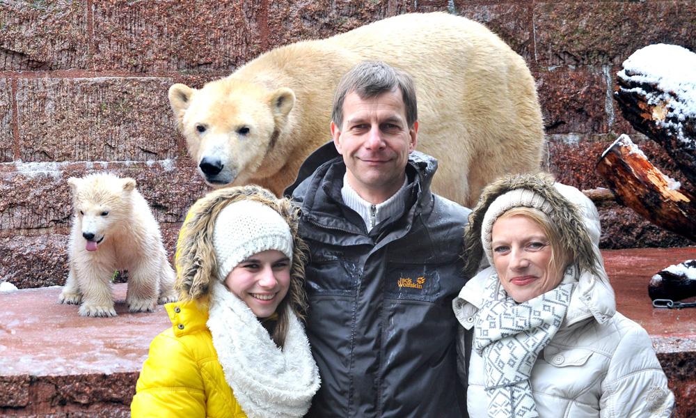 Familie Geruschke aus Bad Schwartau lüftete an der Bärenburg das Geheimnis um den Namen für Rostocks kleinen Eisbären Fiete. Foto: Joachim Kloock