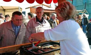 Gebratener Hering auf dem Fischmarkt Warnemünde. Foto: Joachim Kloock