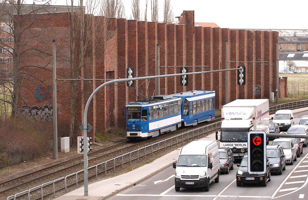 Denkmalgeschützte Heinkel-Mauer am Werftdreieck in Rostock. Foto: Joachim Kloock
