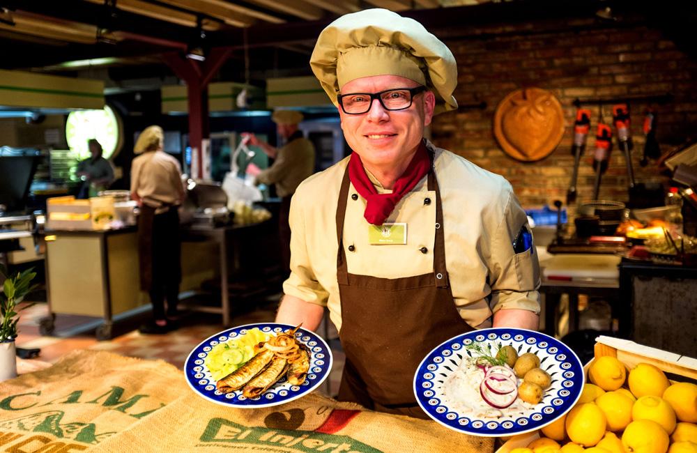 Karls-Küchenchef Silvio Arndt präsentiert den Gebratenen Hering. Foto: Karls Erlebnis-Dorf