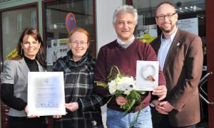 Daniela Köth (Hotel- und Gaststätten Marketing GmbH), Kristina & René Portwich (vital & physio), Matthias Fromm (Tourismusdirektor Rostock & Warnemünde) bei der Zertifikatsübergabe. Foto: Joachim Kloock