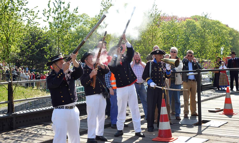 Schwarzpulver Kanoniere feuern bei der Brückendrehung aus allen Rohren. Foto: Joachim Kloock