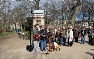 Leon Zeug und Jobst Mehlan Geburtstag der Bücherbüxe im Warnemünder Kurpark. Foto: Antje Schröder