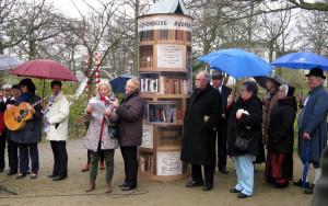 Christiane Prechtel und Sabine Engel bei der Einweihung der Bücherbüxe im April 2014. Foto: Antje Schröder