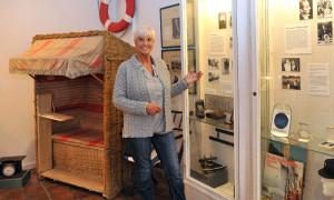 Witwe Gabriele Köbbert im Heimatmuseum Warnemünde. Foto: Joachim Kloock