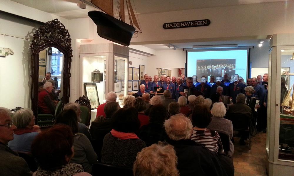 De Klaashahns bei der Eröffnung der Horst Köbbert Ausstellung im Heimatmuseum Warnemünde. Foto: Martin Schuster